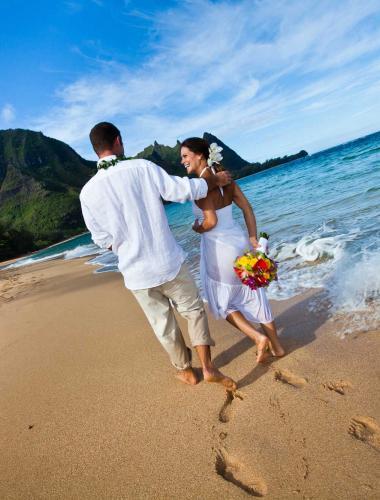 Romantic beach honeymoon in Kauai